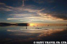 雨季のウユニ塩湖に沈み行く夕陽