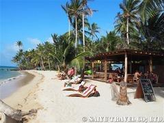 リゾート前のビーチとビーチバー
