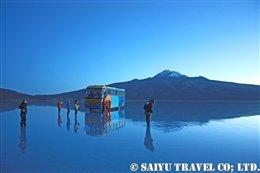 トゥヌパ山と雨季のウユニ塩湖