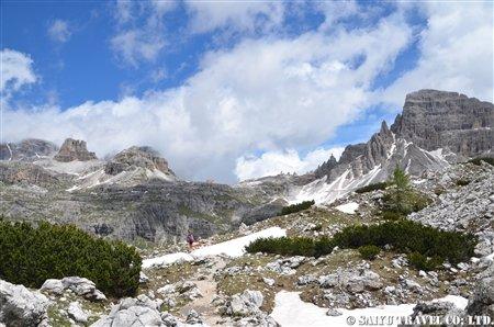 ■DSC_8198 谷から登り切った所 遠くにロカテッリ小屋が見える (2)