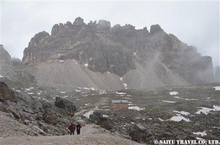 DSC_7961 ラバレド小屋と背後にパテルノ山