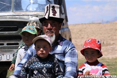 ①サリモゴル村に住むキルギス族の家族KW2A2010