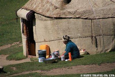 ②ユルトでは女性が洗い物をKW2A2089