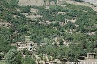 対岸のアフガニスタンの村