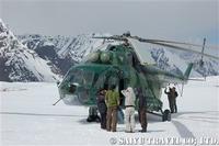 氷河上のベースキャンプに着陸