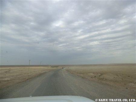 トルクメンバシからヤンギカラへ_舗装道路