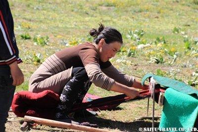 ⑬絨毯を織るKW2A1833