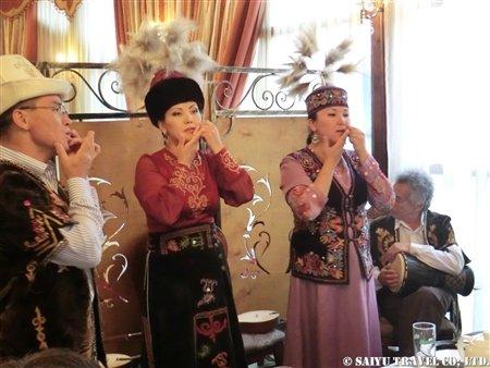キルギス伝統音楽の演奏