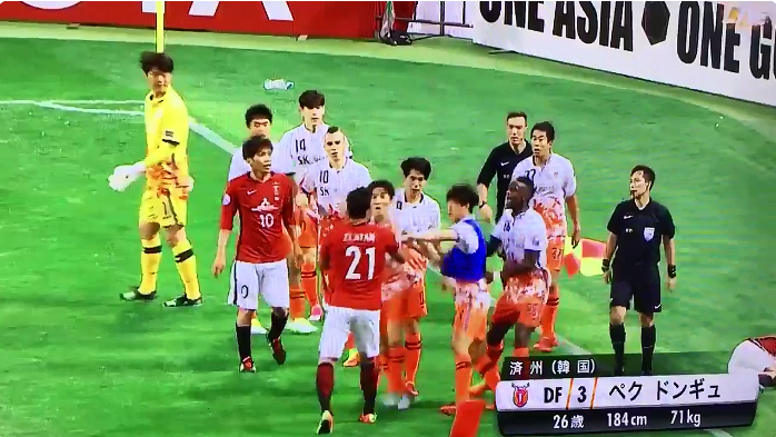 【動画】ACLで乱闘!済州のペクドンギュが浦和の阿部勇樹に肘打ちで退場処分!!!