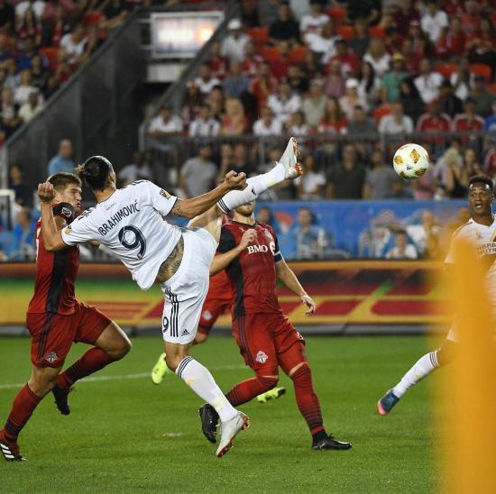 【海外の反応】「嘘でしょ」イブラヒモビッチの仰天ゴールに世界のファンが驚愕!
