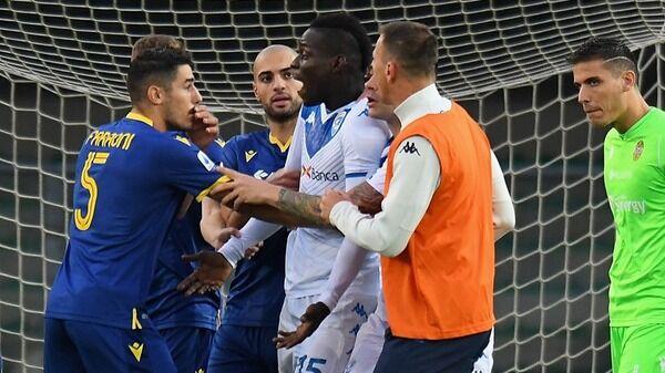 イタリアで人種差別に抗議しピッチを去ったGKに退場処分…選手の団結で試合は中止に