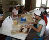 マサコ石鹸を手作業で包装