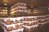 貯蔵庫内に積み上げられた樽