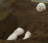 オガクズ風呂 徐々に埋めてもらう