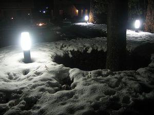 夜になっても残る雪