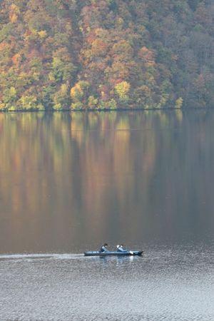 静まる湖面のふたり