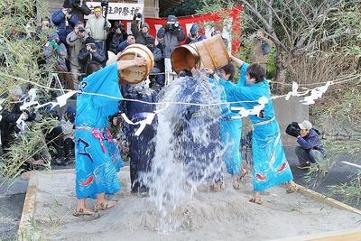 奇祭・真冬の水掛け祭り「水祝儀」 9