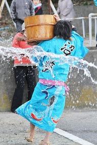 奇祭・真冬の水掛け祭り「水祝儀」 5