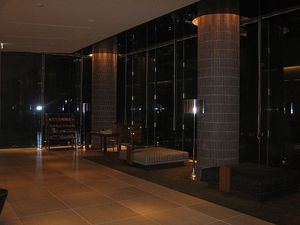 夜の7階ロビー