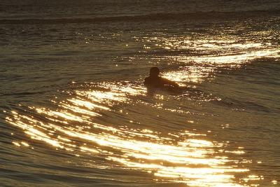 サーファー集う真冬の海岸1