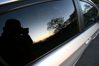 朝、クルマのウィンドウに映った日の出を写してるのは私です。(笑)