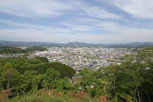 高台からいわき市の市街地を望む