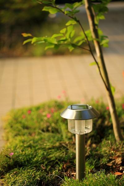 ソーラーの庭園灯