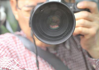 助手席、バックミラーに映る自分写真