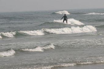 浜辺(サーファー)