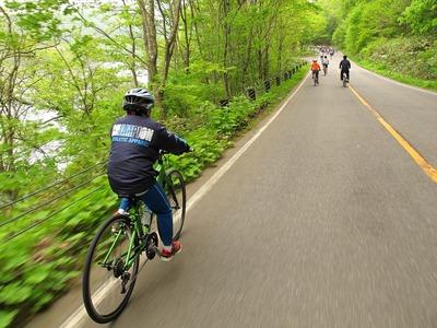 檜原湖一周ファミリーサイクリング・疾走中