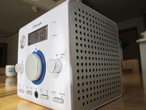 手回し発電の「懐中電灯付きラジオ」1
