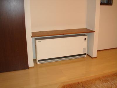 棚の下に蓄熱暖房器