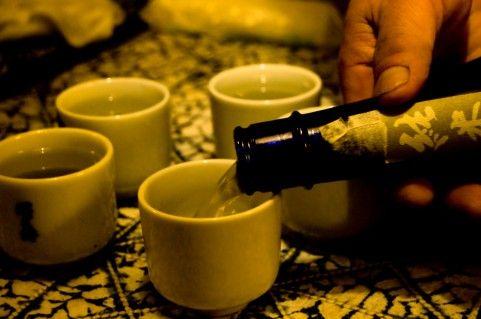 日本酒注ぐ