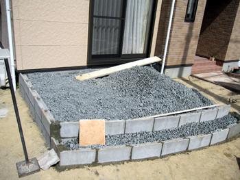 テラスの下地ブロックと埋め込み砂利