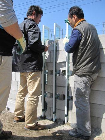 門柱の厚板ガラスの施工確認