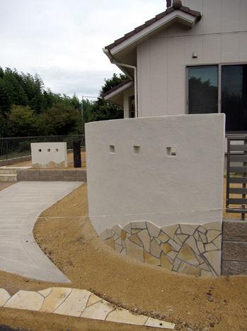 貼り石と珪藻土門柱