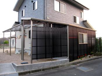 さし掛け(波板テラス倉庫+前囲い+屋根)