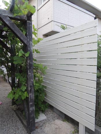 白色の木目調の目隠しフェンス