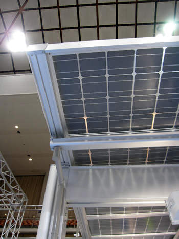 三協立山アルミの太陽光発電フイルム付のカーポートの屋根材