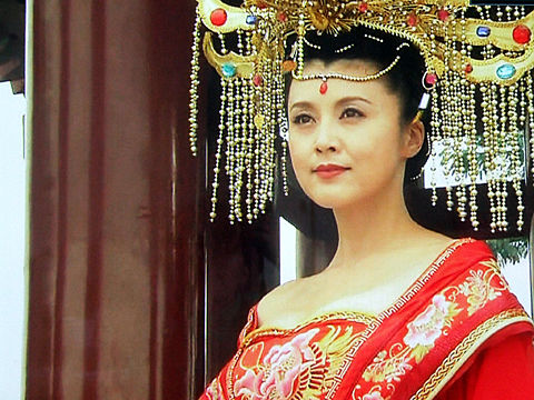 豪華な髪飾りが素敵な民族衣装を身に纏う藤原紀香