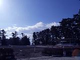 雪がちらほらな馬場