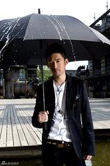 腫れているのに傘?雨?