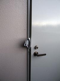 非常用に扉を開ける