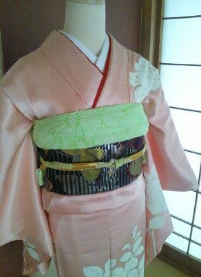 ピンク振袖黒帯黄緑帯揚げ