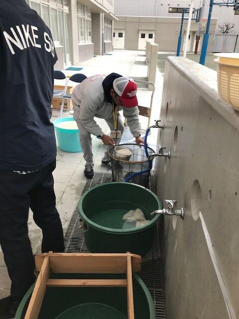 洗米するおやじ