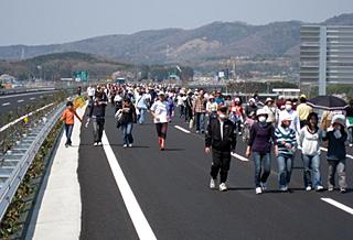 高速道路上を歩く人たち