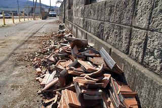 路上に落ちた屋根瓦