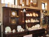 ドルフィンスクエア店内食器と棚
