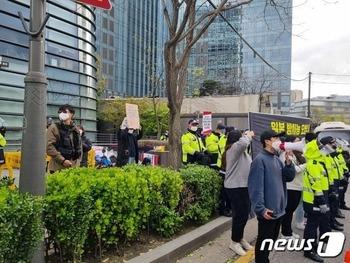 【韓国大学生団体】 「汚染水放流糾弾」日本大使館前で座り込みデモ警察との対立も 0417 荒波φ★