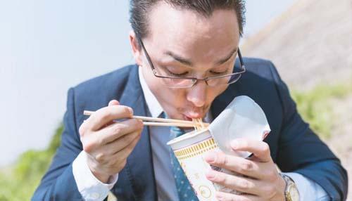 ラーメンを食べる男性